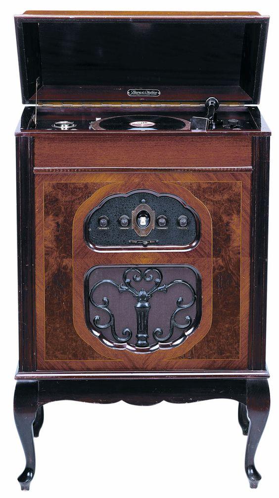 Radio Gramophone / Radio-grammofon Produced from 1930 Designed by Harald Linnet / Bang & Olufsen Team
