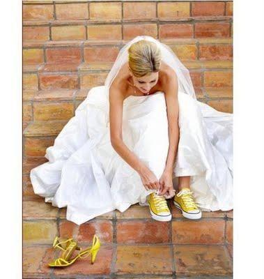 J'aime l'idée des chaussures de mariée colorées. Et des chaussures de rechange très casual assorties