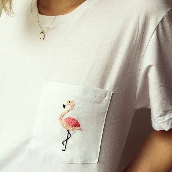 Bolsillo camiseta bordado con flamenco