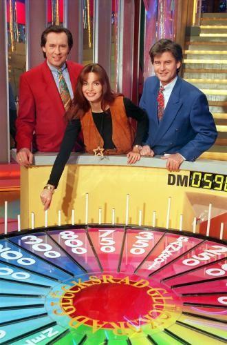 """""""Glücksrad"""". In 15 Jahren wurden mehr als 4000 Folgen ausgestrahlt. Damit war die Show mit dem einfachen Spielprinzip - Kandidaten erraten Wörter in einem Gitter - das am häufigsten gesendete Quiz im deutschen Fernsehen. 2005 drehte sich das """"Glücksrad"""" zum letzten Mal."""