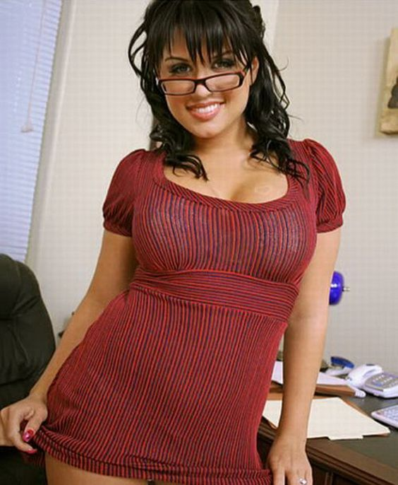 Esta chica con anteojos sabe elegir sus vestidos.