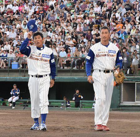 野球のユニフォームを着てグランドを歩く明石家さんまの画像・壁紙
