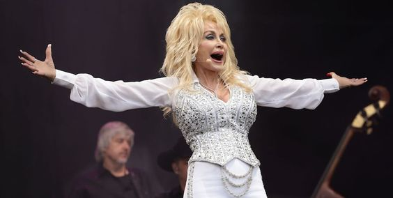 She's all heart! Dolly Parton promises to adopt abandoned dog at Glastonbury Festival 2014