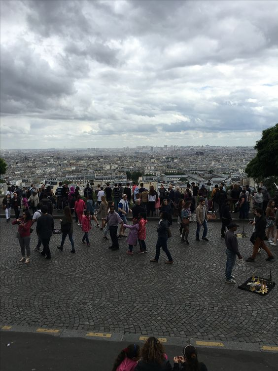Vue en sortant de la Basilique du Sacré-Coeur à Paris. / View just getting out of the Sacred Heart Basilica in Montmartre district in Paris, France.