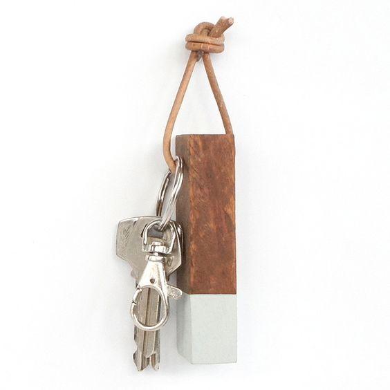 Llavero de madera reciclada y pintado a mano. Wooden keyring. La Variete, Barcelona chicplace.com