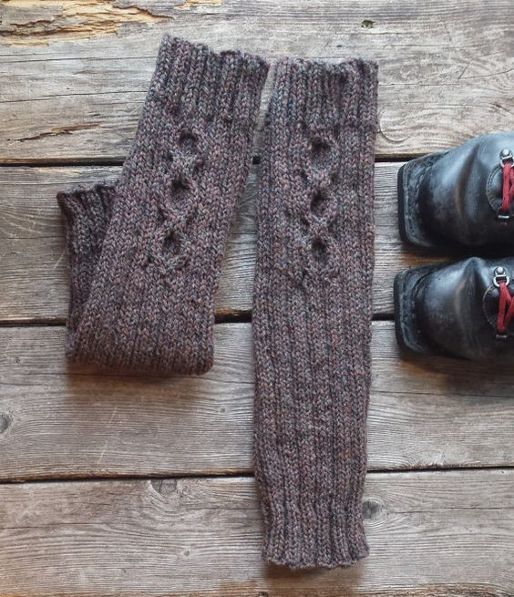 Autumn will be cold. Are you ready? Discover the comfort and warmth of wool leg warmers. Perfect for all of your fall and winter activities: hiking, cross-country skiing, camping or simply staying warm indoors! You can wear these over your leggings or tights and even over your pants. Made with Canadian sheep wool.
