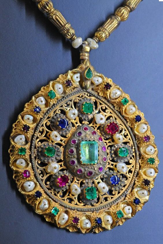 Africa | Necklace detail; gold, precious stones and pearls | Fez, late 19th century | ©Le Musée Abderrahman Slaoui