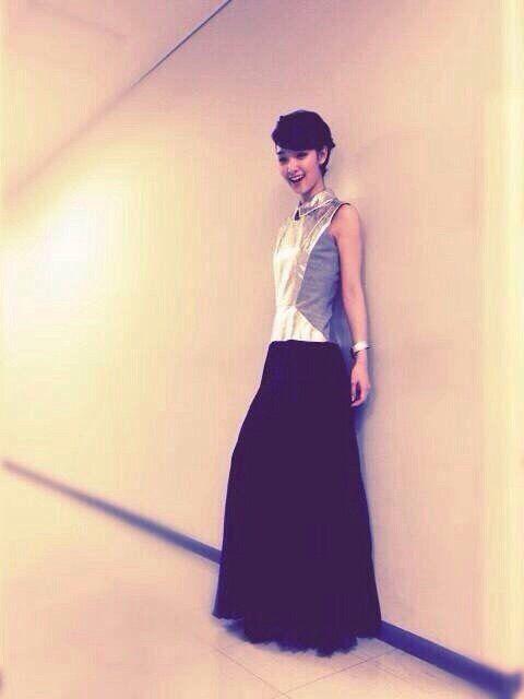黒色ロングスカートの剛力彩芽