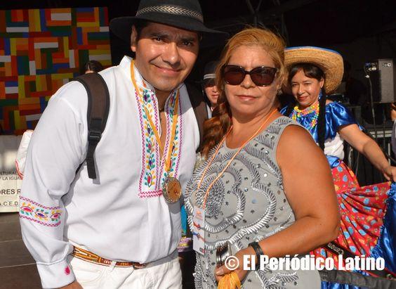 En la foto la presidenta de ACEDICAR Sonia Pallo Fonseca otorga la medalla de reconocimiento al destacado actor y director ecuatoriano de cine Amaruk kaizapanta por su impecable labor en el mundo del cine y la televisión.