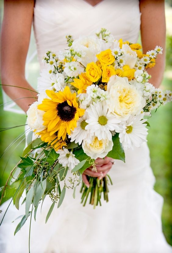 Bouquet of sunflowers, roses, daisies, asters. Perfect for a #summer wedding!