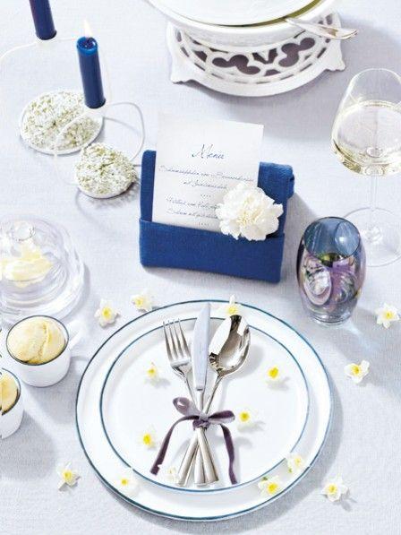 Blau und Weiß – was für eine klassische Farbkombination! Mit ihr wird jeder Tisch zur Festtafel. Gelbe Akzente als Blütenregen dazu, mehr braucht's nicht.