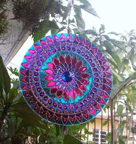 Mandala em vidro de 30cm de diâmetro, pintura vitral, decorado com pedrinhas em acrílico e tinta relevo dourada, em ambos os lados.