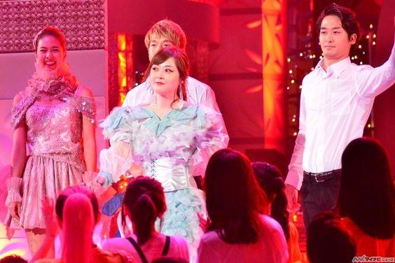 ステージでブルゾンあさみwithBを披露している水卜アナの画像
