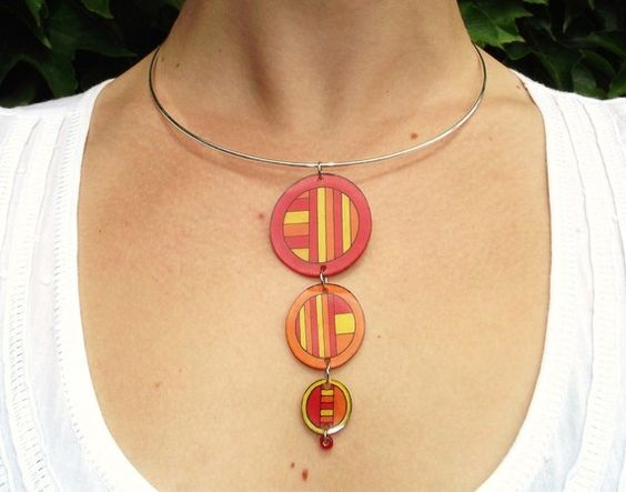 Collier tour de cou Tri-O rouge/orange/jaune en plastique fou