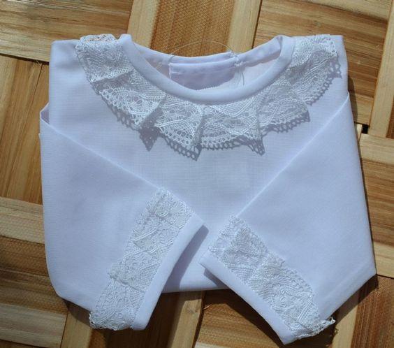 Camisa de primera puesta blanca con puntilla de bolillos