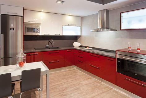 Foto: #Cocinas Lacadas en rojo brillo y abatibles iluminados. Lo que quieras. En el estudio de Alberto Aguilera, 28 te asesoran de lo que necesitas. (A partir de septiembre, que ahora estamos cerrados)
