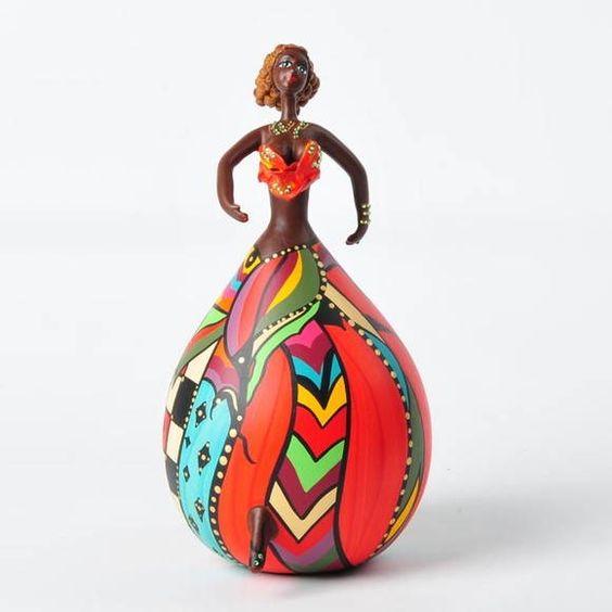 Bailarina de Cabaça - tem corpo volumoso e cores variadas. A pintura criativa e rica em detalhes garante charme e alto astral a qualquer ambiente da casa ou do escritório. As bailarinas criadas pela artista Letícia Baptista são produzidas com os frutos do cabaceiro -- cabaça ou porongo. No Brasil, o fruto é usado em instrumentos musicais (berimbau, maraca), nas cuia de chimarrão e como utensílios domésticos (moringa ou vasilha). Tam. 22 a 25 cm R$ 328,00