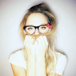 ナタリー・エモンズ可愛いメガネ姿