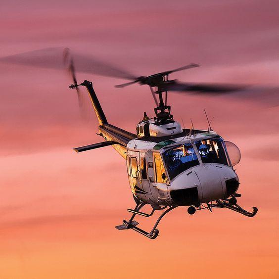 夕焼けの中を飛ぶヘリコプター