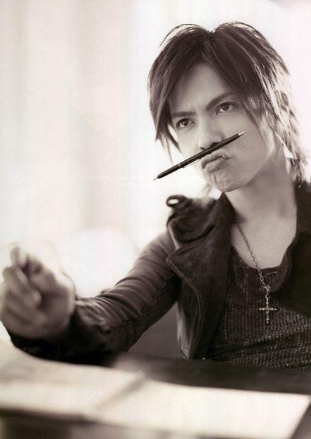 口の上にペンを挟んでいるL'Arc〜en〜Ciel・hydeの画像