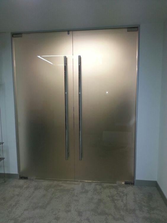 Puerta de dos hojas de vidrio templado mate puertas for Puertas de cristal templado