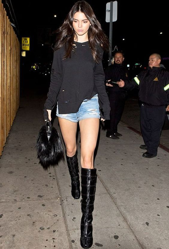 Strete style da modelo Kendall Jenner com shorts jeans + bota over the knee.
