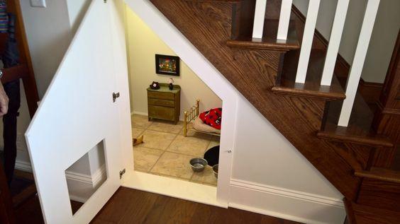 Y lo mejor de todo, está abajo de las escaleras, una habitación en una zona…