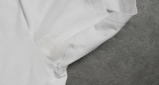 Gelbe Achselflecken im T-Shirt? Dagegen gibt es ein einfaches Hausmittel. Schnell sind Flecken im Achselbereich entfernt und du sparst dir den Neukauf!