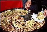 SOCCA NIÇOISE AU FOUR (Entrée)  Préparation 15 min Cuisson 8 min Pour 8 personnes Ingrédients - 250 g de farine de pois chiches  - 1/2 l d'e...