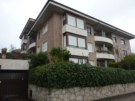 Impecable #piso en buen edificio situado en el barrio de #Aiete. #Aronadonostia. www.inmoarona.com 943 42 46 38 - 609 07 17 37 Ref: M31646
