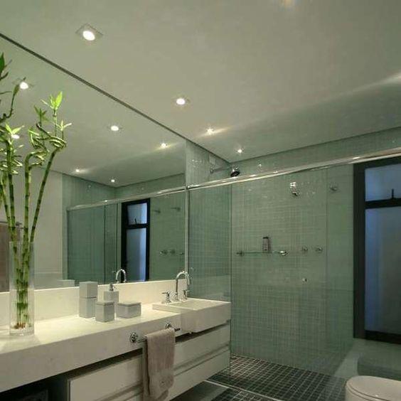 Confira a decoração de 20 banheiros grandes e pequenos