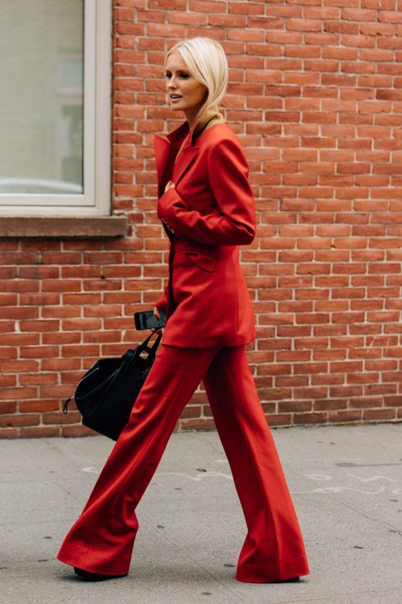 От нежной пастели до интенсивных базовых цветов – девушки в монохромных нарядах становятся главными звездами streetstyle.По легенде, Елизавета II одевается в