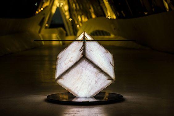 Cupíditas: mesa que se controla desde el iPhone. Espectacular mesa de comedor, formada por tres elementos simples, con un cubo central de alabastro que está retroiluminado por 600 diodos LED RGB. Edición limitada.      #Iluminacion, #Muebles, #Videos