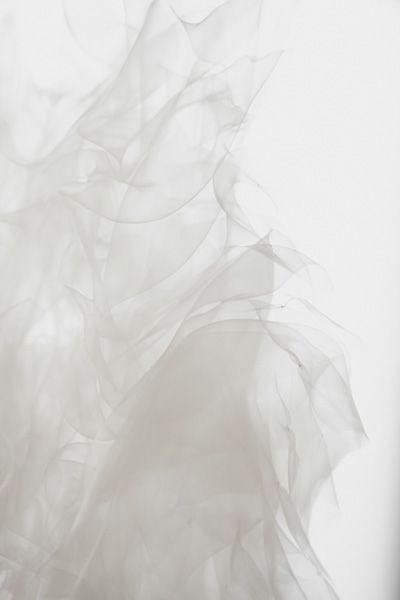LES NÉBULEUSES  Né d'un rêve de nébuleuses, ce projet reprend une poésie propre à Ying Gao, qui poursuit son exploration des influences entre l'homme et son environnement.