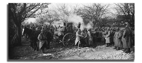 Sur la route conduisant à Ribécourt. La distribution de la soupe par les cuisines roulantes. - 15/02/1917 - Boulay, Maurice (Source : ECPAD)