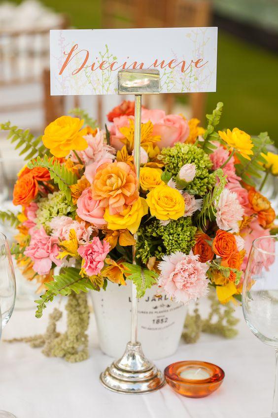 Colores enérgicos para una vibra enigmática.  #maríalimón #floraldesign #florals #eventstyling #weddingstyling #trends #weddingdecor #summer #weddingstyle #vibrantcolors #inspiration #unique #yellow #orange #pink