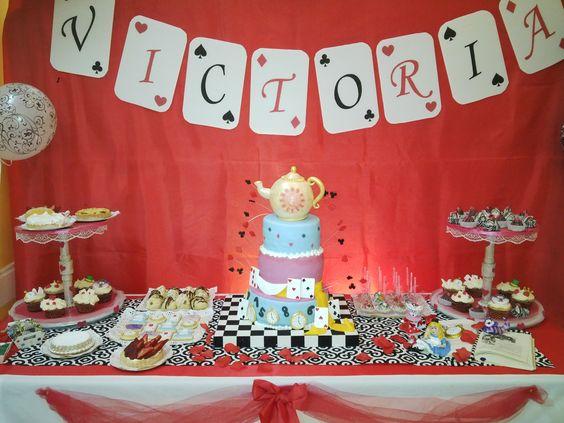 Torta y mesa dulce tem tica de alicia en el pa s de las for Mesa de dulces para xv anos