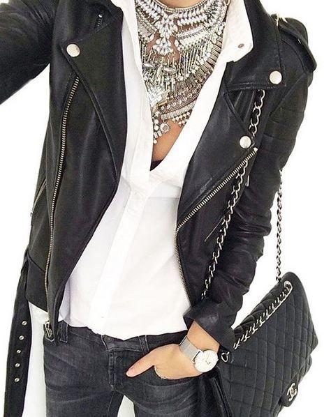 Alegra tus jeans negros y cazadora de piel con blusa blanca y maxi collar metálico: