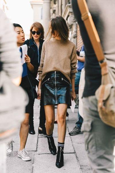 Une jupe en cuir zippée sans collant.