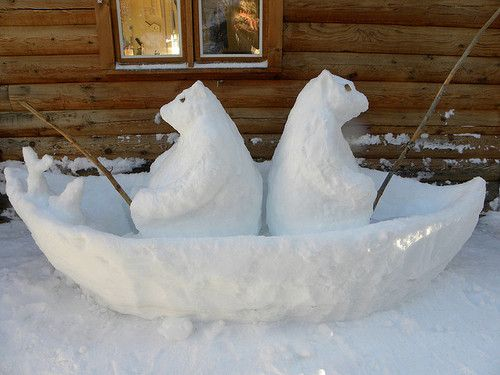 2 Bären sitzen im Boot. Süße Idee für den Vorgarten. Schneebären, die angeln. >> Just when he thought he had seen it all, Frosty chanced upon this sight!