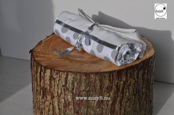 Mooi, dun maar warm dekentje voor in de wieg of wandelwagen met zilveren bolletjes. Het dekentje is nauwkeurig afgewerkt met een zilveren band langs de randen. Op het deken zit ook een zilveren rand.