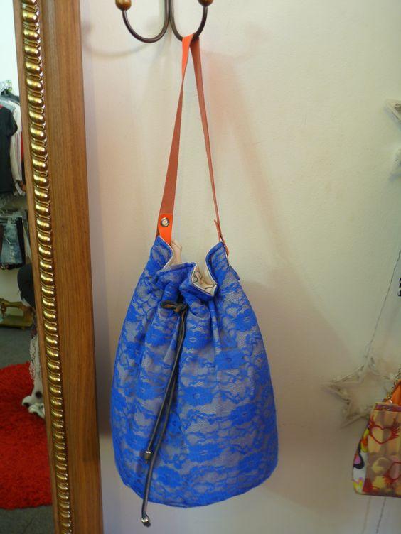 Bolsa saco, moda dos anos 80/90 que voltou com força total, toda em renda com alça de couro, tamanho grande.R$ 99,90