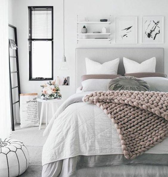 plaid rose, lit gris, parure de lit blanche et grise, couleur peinture blanche, étagère murale, tapis gris, chambre rose et gris