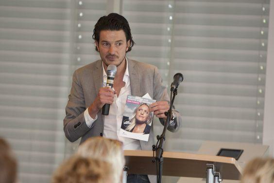 dagvoorzitter Ties Sweyen met kaart Fontys centrum voor Beroepen In het Onderwijs