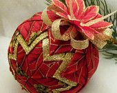 Artículos similares a Quilted Ornament Gold and Red Poinsettia Christmas Ball en Etsy