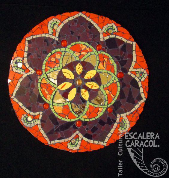 Mandala realizado por Andrea Alvarenga. http://tallerescaleracaracol.com/artes-del-fuego/mosaico/mandalas/