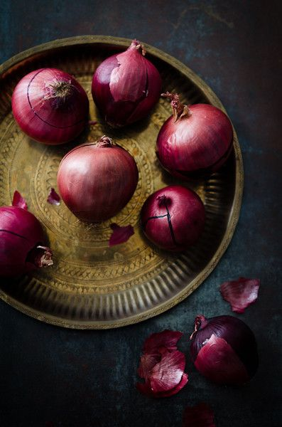 Red Onions | At Down Under - Viviane Perenyi