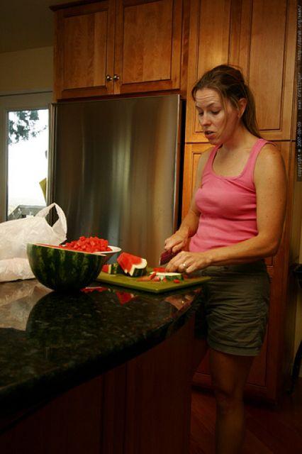 kelly cutting up watermelon - _MG_4122