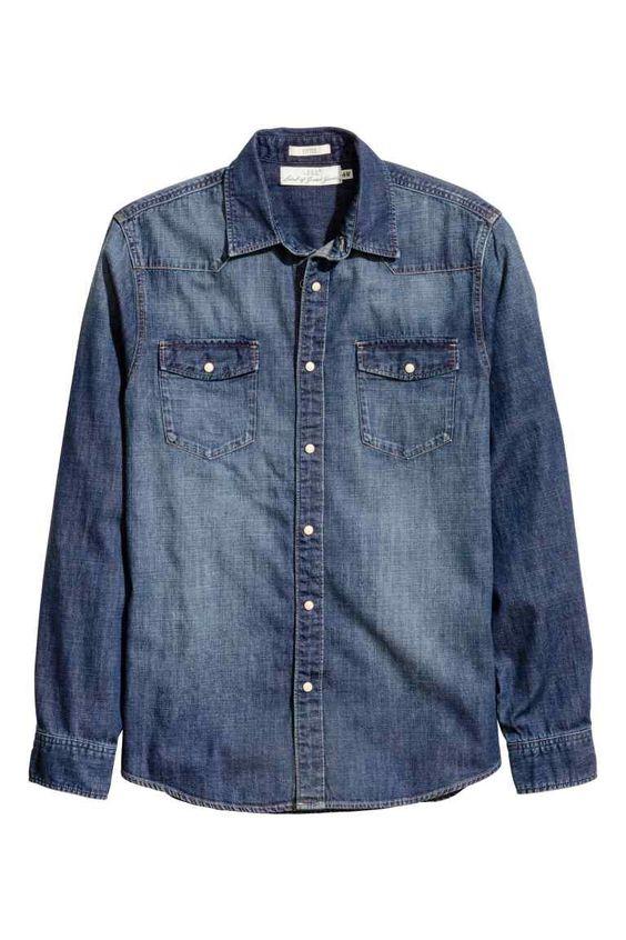 Camisa vaquera: Camisa vaquera en tejido denim de algodón suave y lavado. Cuello inglés estrecho, bolsillos superiores con solapa y botón de presión y canesú de pico. Botones de presión en la parte delantera y en los puños. Corte ajustado.