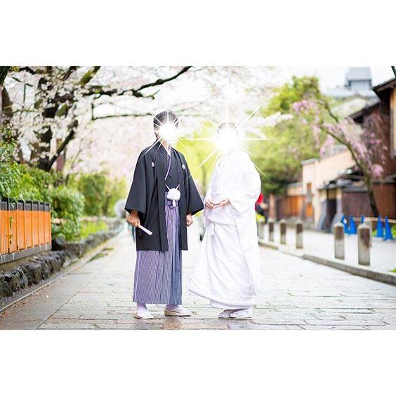 【ma.rin.ne】さんのInstagramをピンしています。 《#和装後撮り . 春だからか、カメラマンさんの好みだからか 後撮りのお写真はどれもパッと明るい🌿✨🌸💕 . 暗い雰囲気のあるお写真も好きですが ハッピーな気持ちになれる明るいお写真も好き💓 秋が深まってきたらまた京都行きたいな🍂✨ . #後撮り#ロケーションフォト#weddingphoto#和装#白無垢#花嫁#bride#花嫁衣装#japan#京都#kyoto#祇園#wedding#春#桜#cherryblossom#夫婦#卒花#卒花嫁》